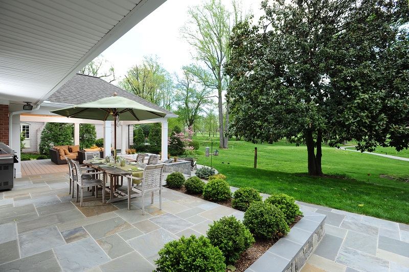 patio in Rockville, Maryland with blue Pennsylvania flagstone