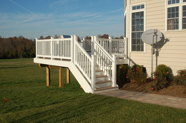 vinyl deck stairs Poolesville, Maryland side profile AZEK special collection decking