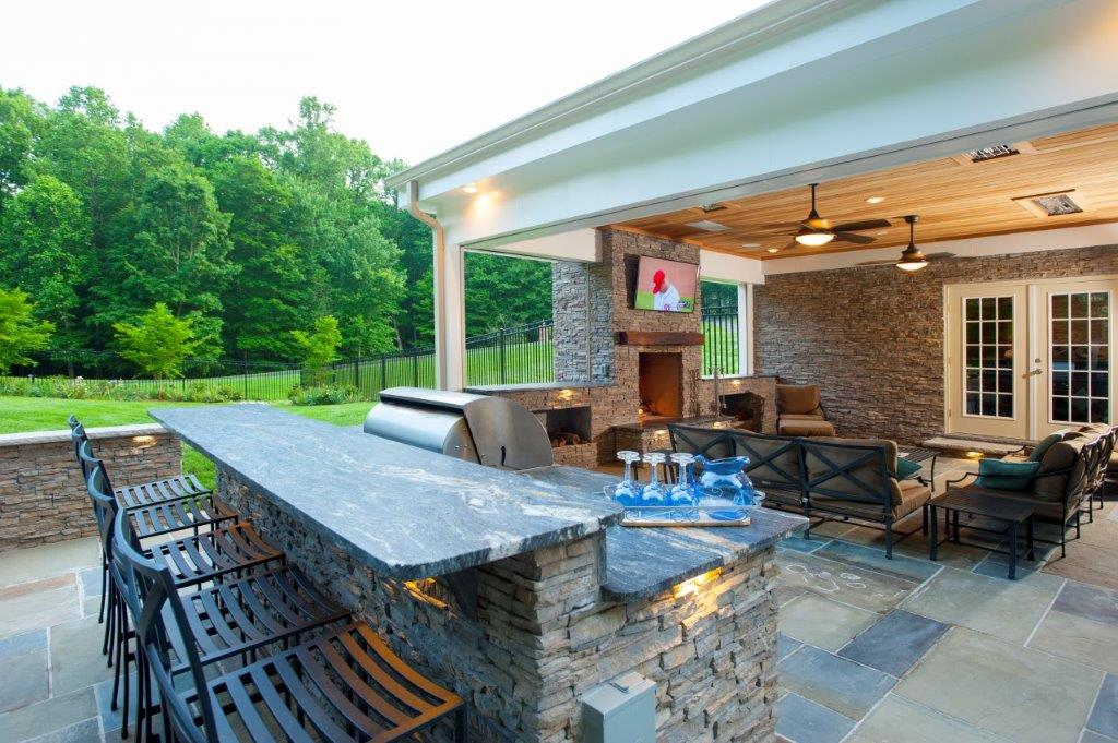 outdoor kitchen with flagstone in Fairfax County, Virginia