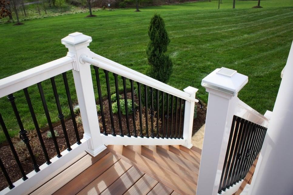 pvc-graspable-handrail-fiberon-deck-stairs-deckorators-684889-edited.jpg