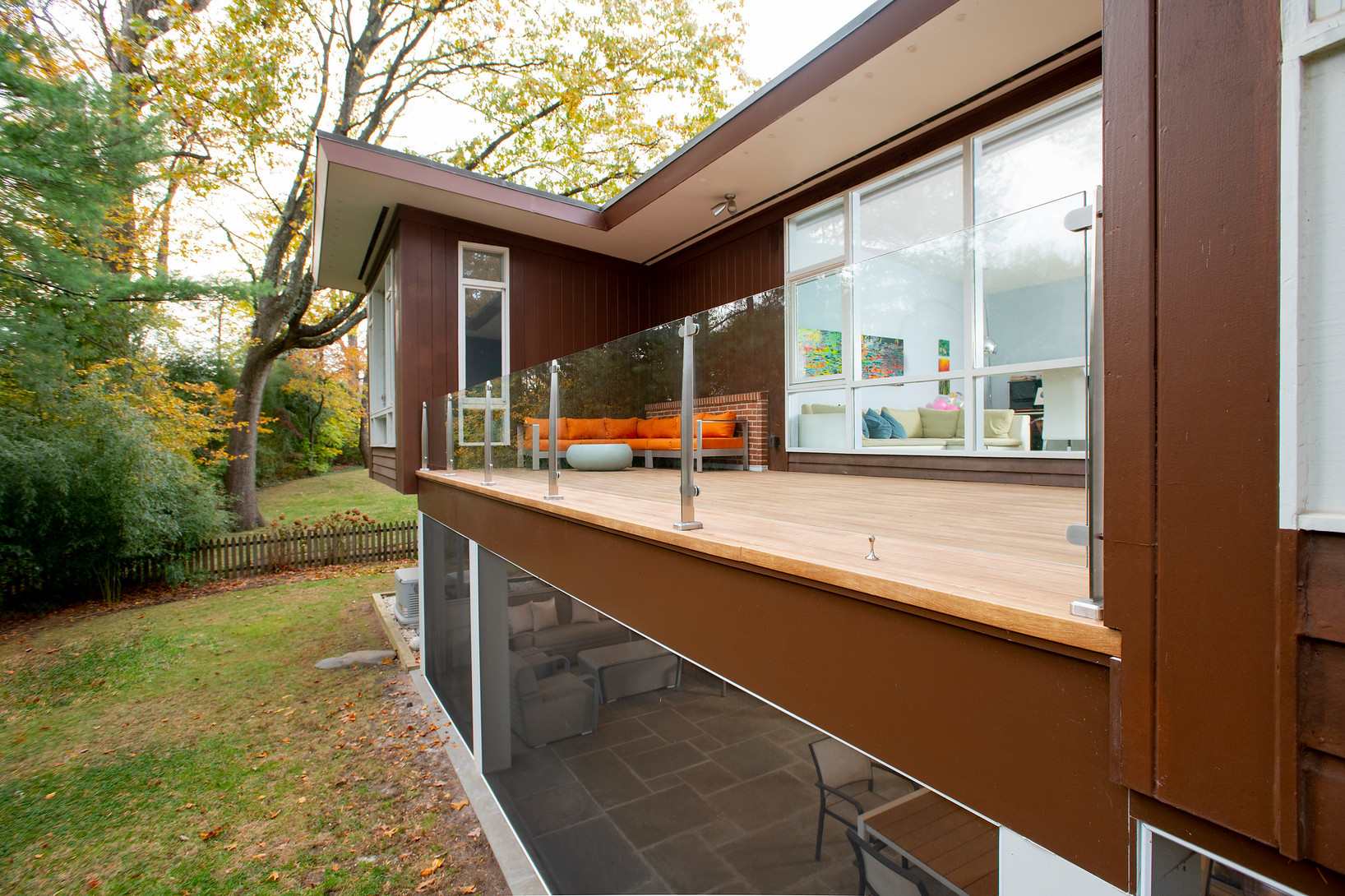 Picture of: Glass Railings For Decks The Pros And Cons